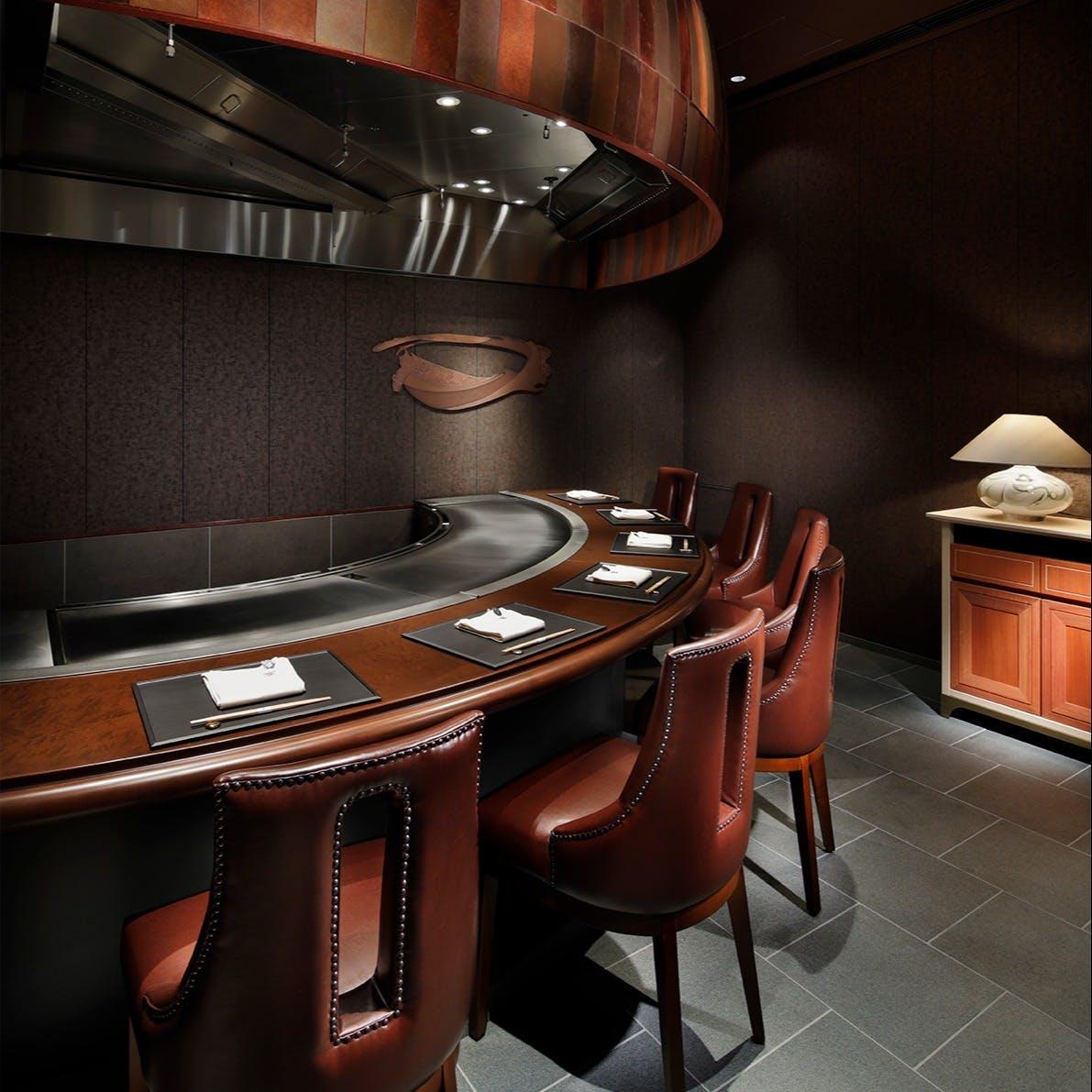 ご接待にもご家族での会食にも使えるカウンター席や個室