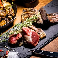 薪焼きならではの香ばしさ溢れるお肉料理をご堪能ください