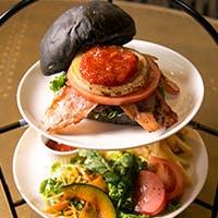 嵐山に黒いバンズのハンバーガー