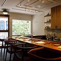 開放的で、食事がゆっくりとしやすいように設計されたカウンター席