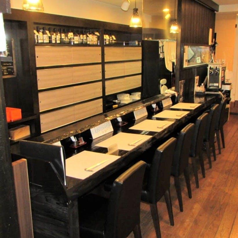 今までの寿司屋にない洋風な空間でカウンター寿司を