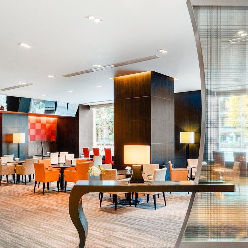 国際色豊かなゲストが集うラウンジとしてデザインされたスタイリッシュモダンな空間