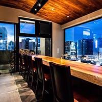 夜景を愉しむガラス張りの店内や開放的なテラス席も魅力