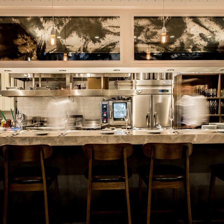 ライブ感あふれるフルオープンキッチンが魅力