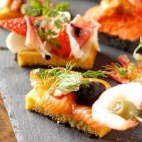 海老料理をメインにバスク地方名物ピンチョスとワインを楽しむ