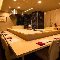 ゆったりとしたカウンター席と半個室のテーブル席でゆったりとしたお食事を