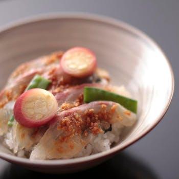 【五感で味わう】奥深い日本料理をごゆっくりと…先付・油物・焼き物・水物など旬を盛り込んだお昼の会席