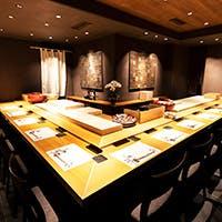 鮨屋における花形カウンター席は料理人の技が見れる特等席