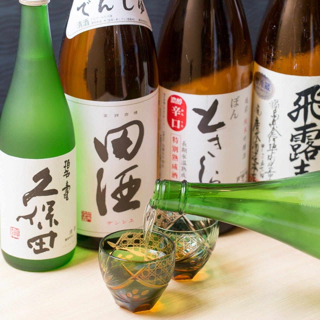 全国より厳選した地酒を約30種類ご用意。
