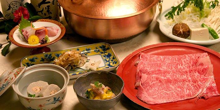 しゃぶしゃぶ鍋と特選国産牛、季節の野菜などが並ぶようす。