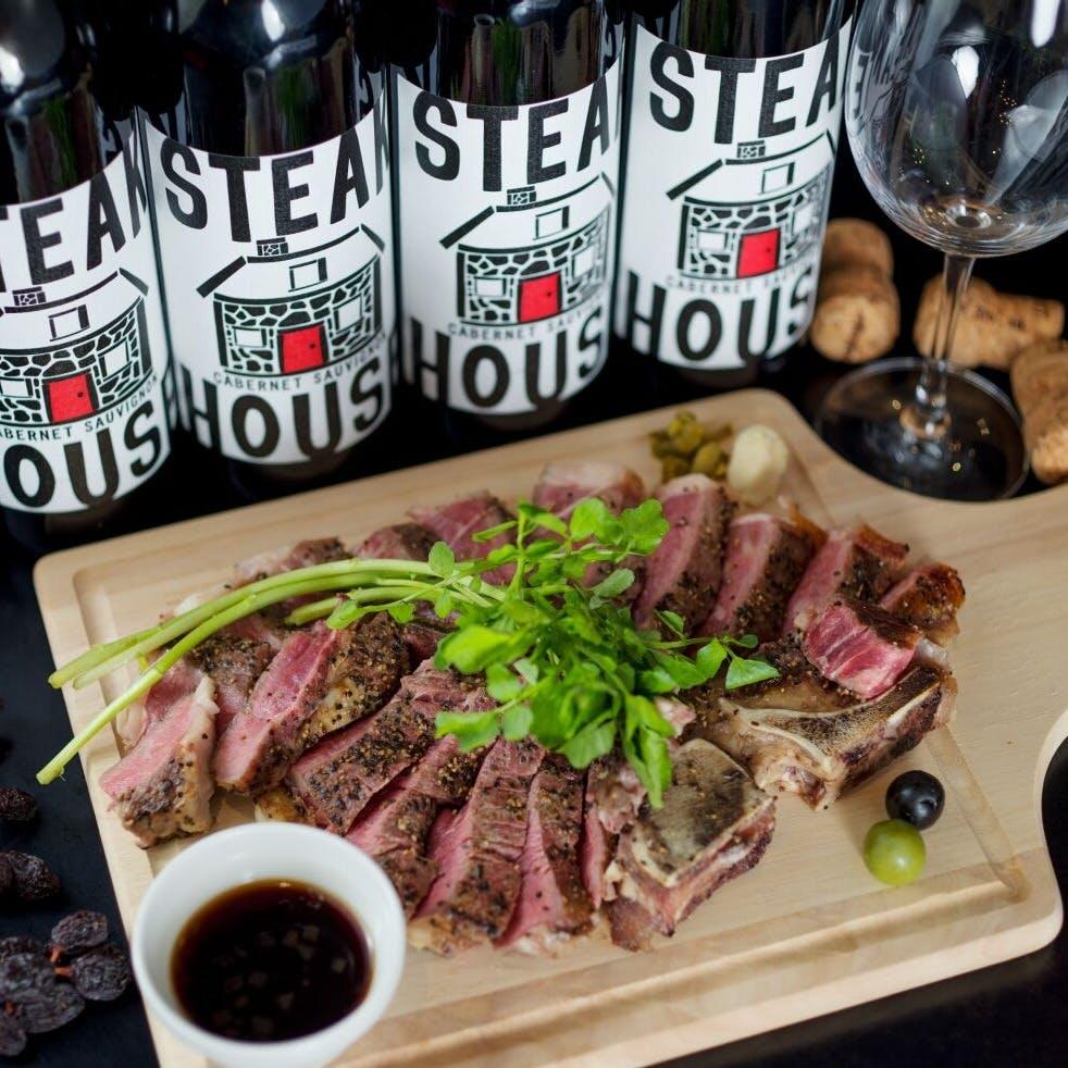 ソムリエ厳選ワインとこだわりの肉料理の数々