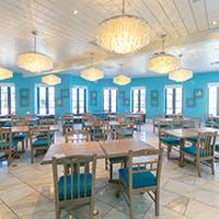 白を青が映えるミコノス島のタベルナ(食堂)を再現したレストラン