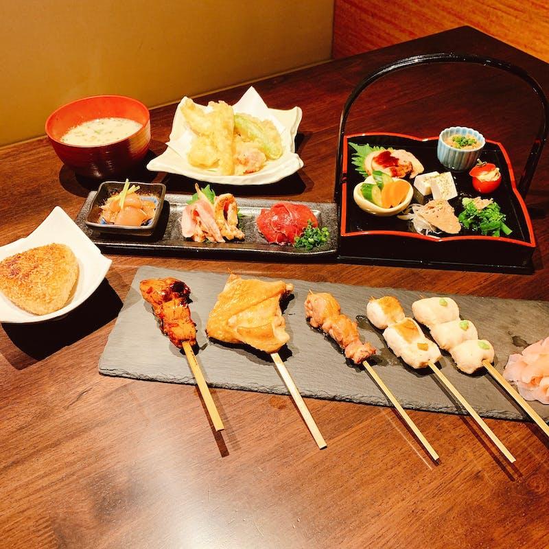 【地鶏懐石コース】前菜7種盛り、刺身3種盛り、地鶏串焼き5本、天ぷら盛合せ、焼きおにぎりなど全7品