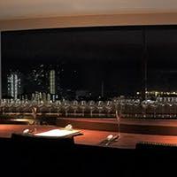 大阪湾が一望できる夜景を眺めながら…