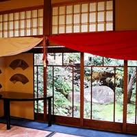絵画に見立てた窓と美しい庭