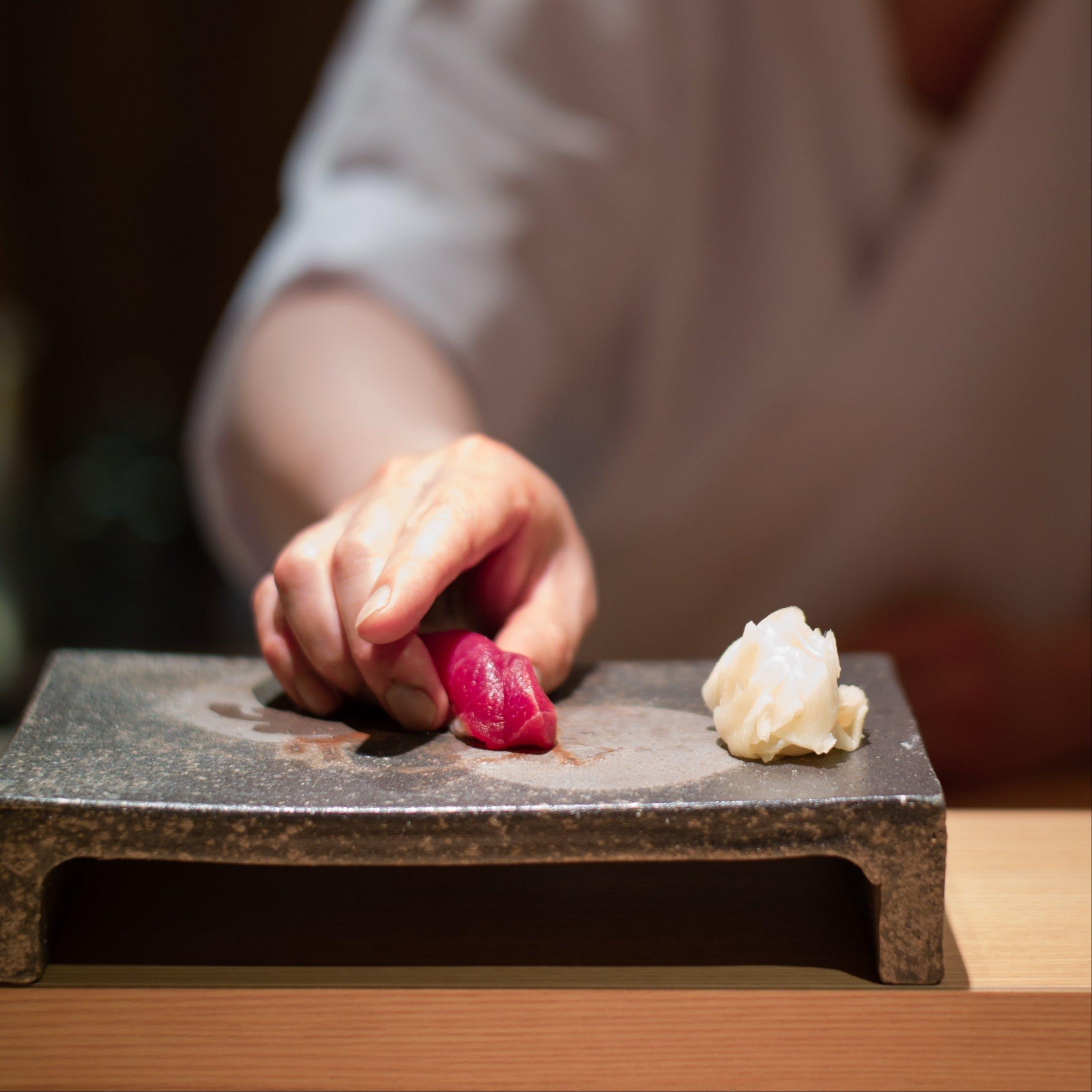 名店で鍛錬された江戸前寿司職人の技巧と極上魚をリーズナブルに提供!