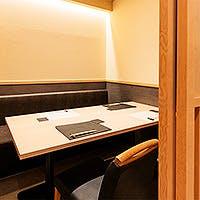 目の前で職人技を愉しむカウンター席や接待に最適な個室も完備