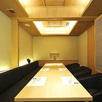 白木を基調とした洗練された全席個室