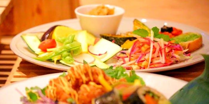 前菜のサラダと温菜、シーフードパエリアにデザートのコース