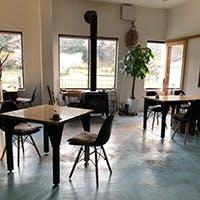 焼杉の町並みが印象的な漁師町で、地域に愛された喫茶店を改装した和食店