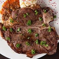 2つの部位を同時に味わえる、欲張りなTボーンステーキをご堪能ください