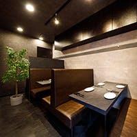 革張りソファと石壁が印象的なモダンなステーキハウス