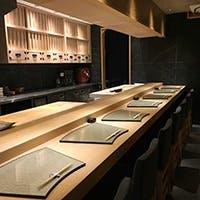 洗練された空間の中、おまかせでいただく極上の寿司の数々