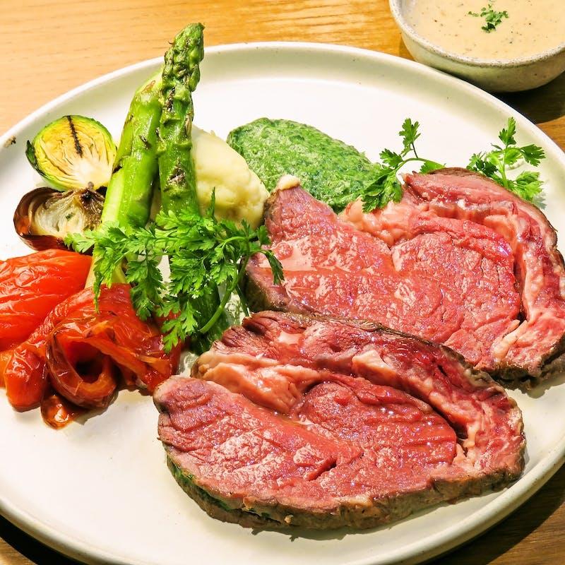 【NEW】前菜と選べるパスタ、プライムリブ、デザート&カフェ付リッチランチ+選べるドリンク付き