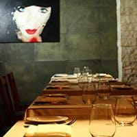大人のレストランにふさわしい贅沢で洗練された隠れ家空間