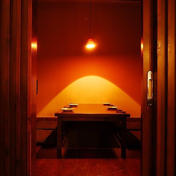 あたたかい照明の下でゆったりと過ごせる寛ぎ空間