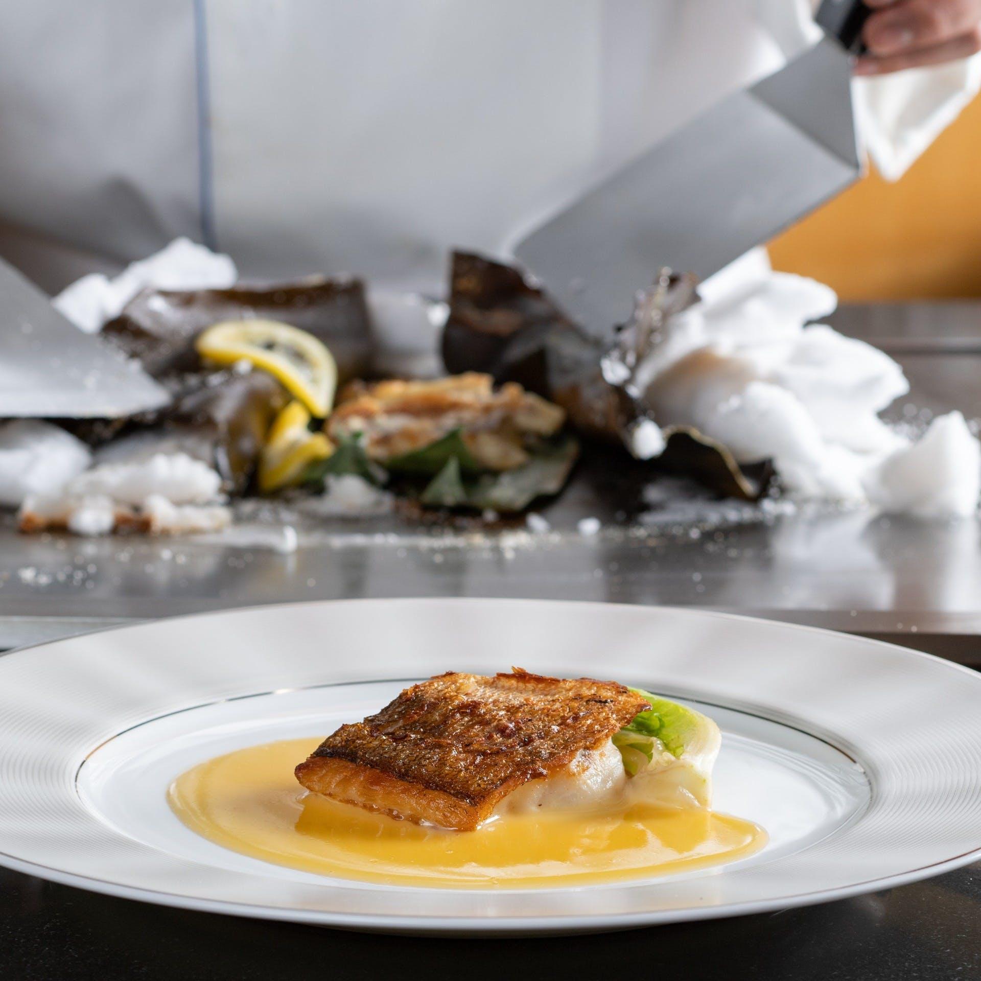 生け簀の新鮮な魚介を「下野スタイル」で繊細かつ豪快に焼き上げる