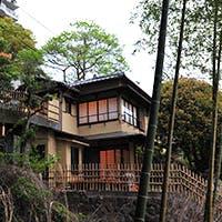 熱海駅から車で僅か5分の高台、時を忘れるような自然の中に佇む趣ある日本家屋