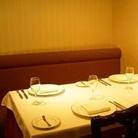 隠れ家のような 寛ぎの温かいレストラン
