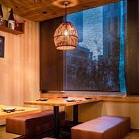 京都の嵐山をモチーフにした落ち着いた店内