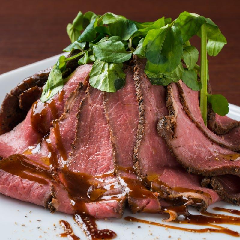 ローストビーフ&季節の肉魚料理のメイン3種など全7品+スパークリング含むワイン10種も2.5時間飲み放題