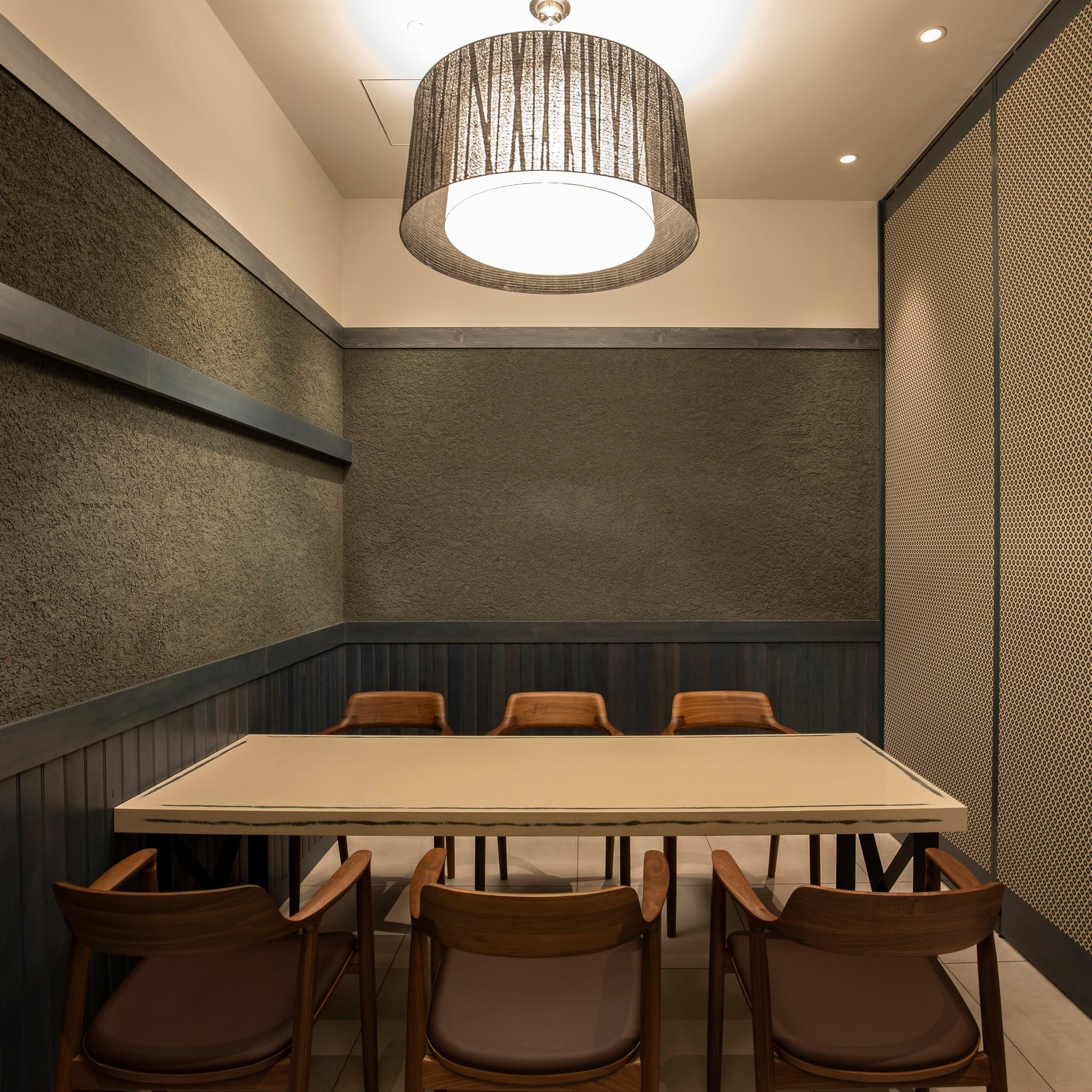 落ち着いたカウンター席と意趣の異なる個室