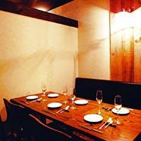 古木材を使用したログハウス調の完全個室プライベート空間