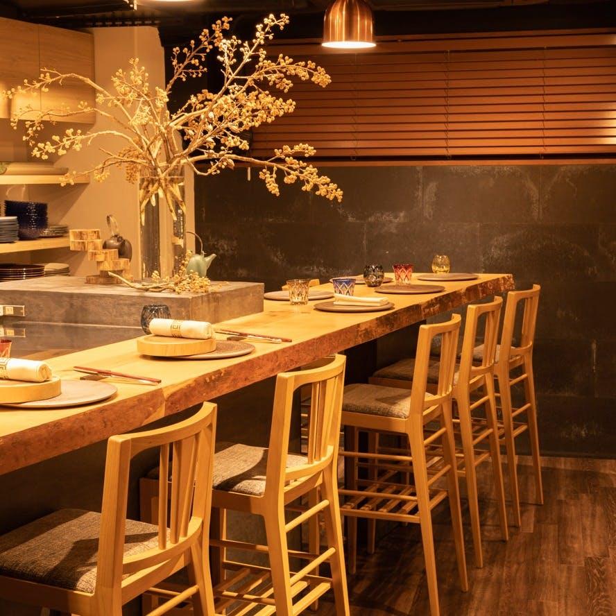 洗練された大人の空間で、食事と会話を愉しむ至福の時