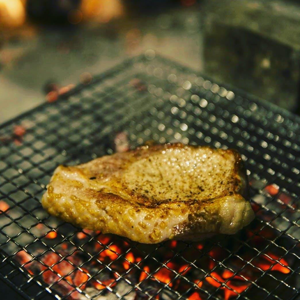 繊細な火入れ加減に薪火の香りが香ばしい料理