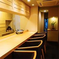 目の前で職人技を愉しむカウンター席や接待には個室も完備
