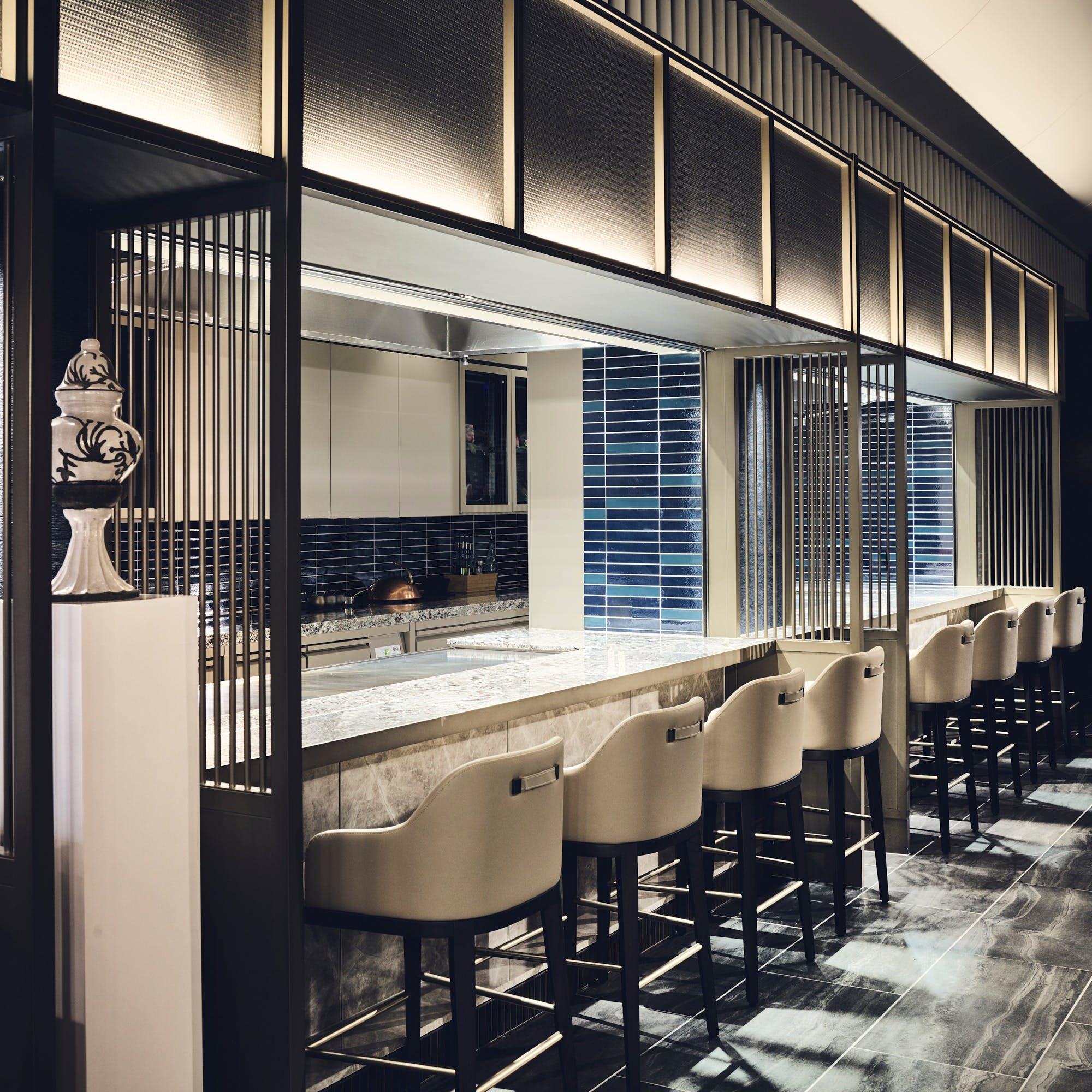 ホテルロビー中央に位置する開放的な空間 12名様まで利用できる個室も