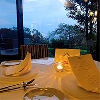 伊豆高原の隠れ家ホテル内にある、シックな装いのオシャレなレストラン