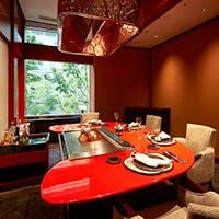金色と朱赤に彩られた日本の伝統美が際立つ豪奢な空間
