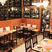ワインのボトルが並ぶ大人の空間