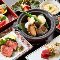 季節に合わせた四季折々のお食事や、お得な5000円~の飲み放題コースもご用意いたしております