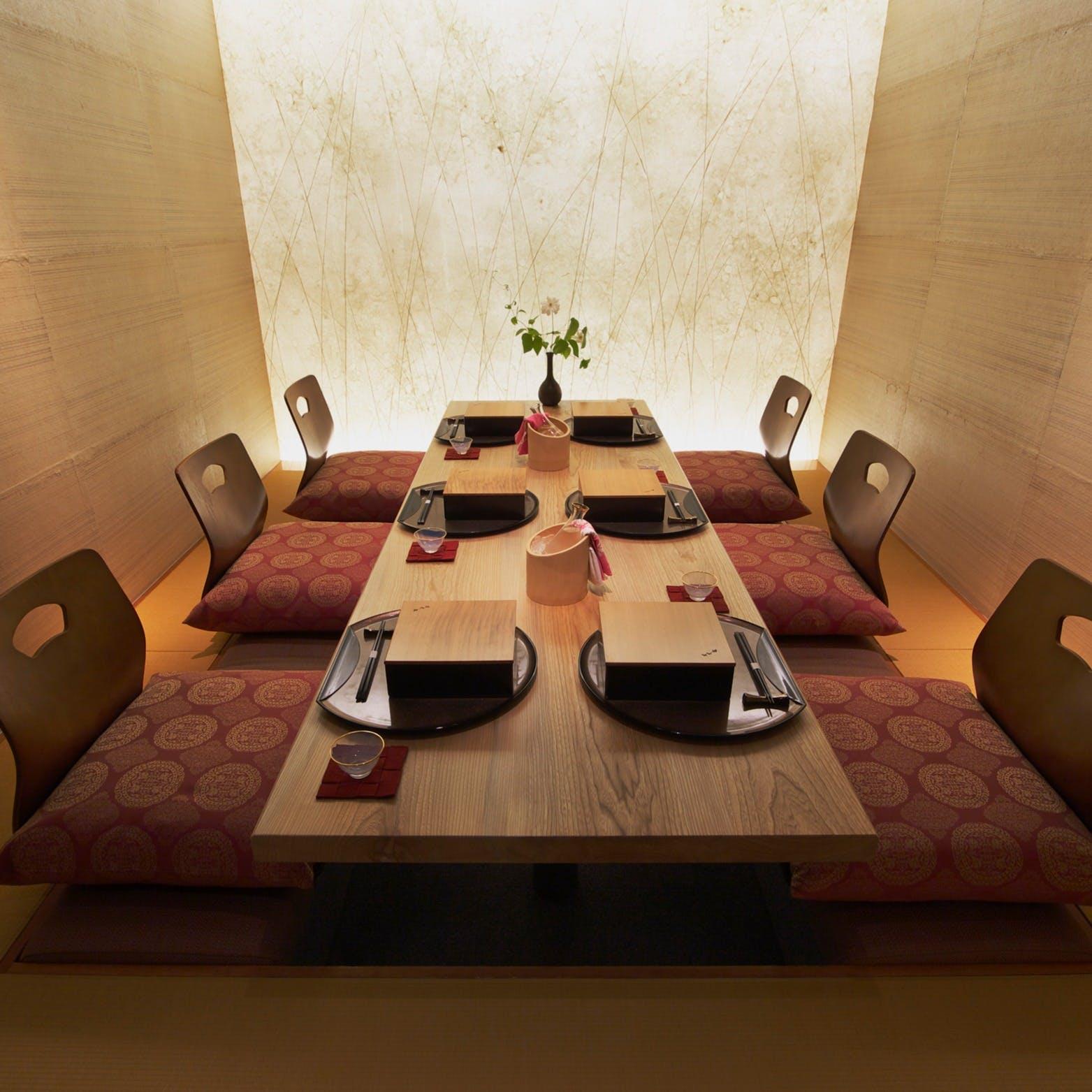 席間や天井も広くゆったりとした完全個室。お顔合わせや長寿・古稀祝い等にも最適です