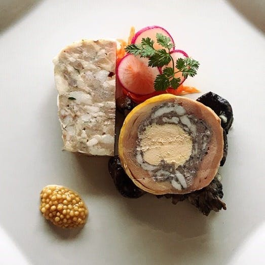 自慢の自家製シャルキュトリーと変化のある旬のフランス料理を