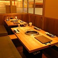 テーブルと掘りごたつの個室空間