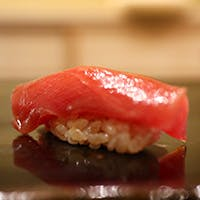 赤酢が優しい味わいの握りをこだわりの日本酒で