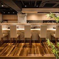 白木のカウンター 接待にも使えるテーブル席 ハイクラスな空間
